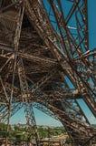 艾菲尔铁塔的内部铁结构看法,有晴朗的蓝天的在巴黎 免版税库存图片