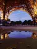 艾菲尔铁塔的反射在一多雨巴黎天 免版税库存照片