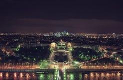 从艾菲尔铁塔的顶视图巴黎夜全景的  免版税库存照片