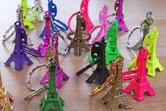 艾菲尔铁塔雕象 巴黎旅游业例证 美丽的金属塑料纪念品雕象 五颜六色的例证  免版税库存照片