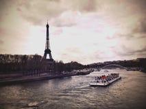 艾菲尔铁塔,小船, la塞纳河 免版税图库摄影