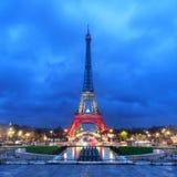 艾菲尔铁塔(游览埃菲尔)在黄昏的巴黎 免版税库存照片