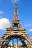 艾菲尔铁塔(La游览埃菲尔)的白天视图,是位于战神广场的铁格子塔 免版税库存照片