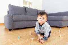 艾萨男婴戏剧玩具块 免版税库存照片