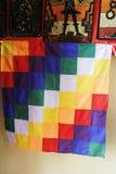 艾马拉人旗子显示的在圣佩德罗火山de阿塔卡马 免版税库存照片