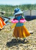 艾马拉女孩在colorfull成套装备, Uros海岛,秘鲁穿戴了 免版税库存照片