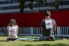 艾滋病被子的看法部分的两青年人 库存照片