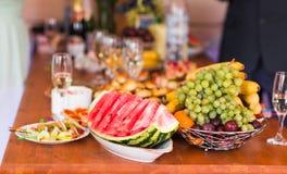 节假日在表的自助餐食物 库存照片
