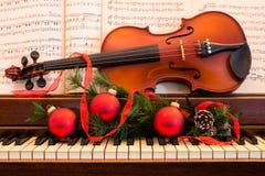 节假日小提琴和钢琴 免版税库存图片