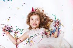 节假日概念 一点在在生日宴会的多彩多姿的五彩纸屑的滑稽的女孩 库存图片