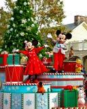 节假日Mickey和在游行的追击炮。 免版税库存图片