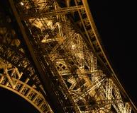 细节在艾菲尔铁塔晚上  免版税库存照片