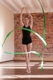 节奏性的体操 年轻芭蕾舞女演员重复 免版税库存图片