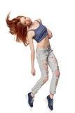 节律唱诵的音乐样式十几岁的女孩跳跃的跳舞 免版税库存照片