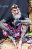 节日参加者在克拉科夫的国会商展中心做纹身花刺在第11次国际纹身花刺大会 免版税库存图片
