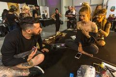 节日参加者在克拉科夫的国会商展中心做纹身花刺在第11次国际纹身花刺大会 库存照片