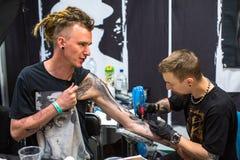 节日参加者在第11次国际纹身花刺大会时在克拉科夫的国会商展中心 免版税库存图片