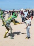 节日参加者致力普珥节在童话衣服穿戴了招呼访客在凯瑟里雅,以色列 库存照片
