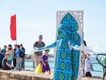 节日参加者致力普珥节立场在一套神仙的雕象服装穿戴了在凯瑟里雅,以色列 免版税库存照片