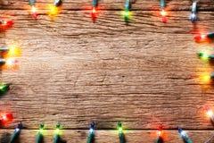节日在木纹理的光装饰 免版税图库摄影