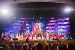 节日天分和俄国的秀丽秀丽的参与者 免版税库存图片