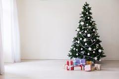 节日快乐圣诞节新年树礼物 免版税库存图片
