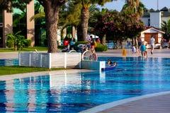节日快乐在海滩旅馆里 人们和孩子获得乐趣在水池 库存照片