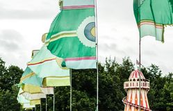 节日旗子在大风天 免版税库存照片