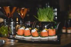 节日晚会的乳脂干酪和熏制鲑鱼开胃菜 库存图片