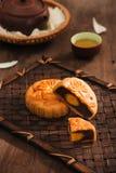节日月饼和热的茶-汉语结块 免版税库存图片