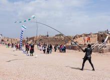节日的参加者显示与风筝的一个展示 免版税库存照片