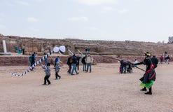 节日的参加者显示与风筝的一个展示 免版税库存图片