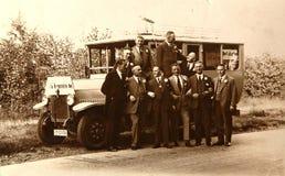 节日的古色古香的照片参加者在b附近摆在 免版税库存照片