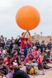 节日的小丑显示他的孩子的艺术 库存照片