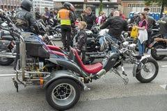 节日的MoGo 35一个年轻骑自行车的人 免版税库存照片