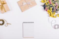 节日礼物、装饰和笔记本 图库摄影