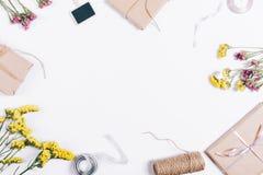 节日礼物和装饰在一张白色桌上 免版税库存照片