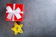 节日礼物箱子 与一点玩具的圣诞节礼物担任主角黑暗的背景 与emty空间的新年2018年大模型文本的 免版税库存照片