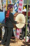 节日舞蹈的Jingpo鼓手 免版税图库摄影