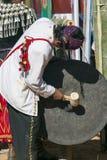 节日舞蹈的Jingpo鼓手 库存图片