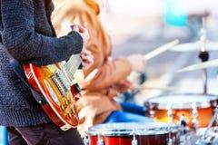 节日音乐带 使用在打击乐器城市公园的朋友 免版税库存照片