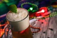节日:冷的杯子与石灰的墨西哥啤酒
