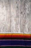 节日:在被风化的木背景的简单的Serape边界