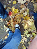 细节有秋天叶子的人民的鞋子 免版税库存图片