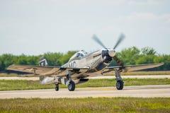 节流在跑道的P-51 免版税库存图片
