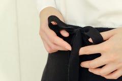 黑细节的凹道串腰部偶然妇女裤子样式关闭 最小的时髦时尚 免版税库存图片