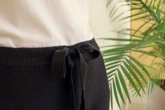 黑细节的凹道串腰部偶然妇女裤子样式关闭 最小的时髦时尚 免版税库存照片