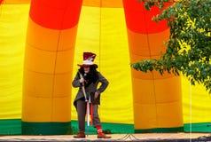 节目主持人在图象帽商的从阿丽斯在妙境在现场在阿迪格共和国 免版税图库摄影