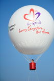 节目播音员吉恩阴湿在一个热空气气球在NDP期间 免版税库存照片
