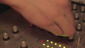 节目播音员的手特写镜头演奏凉快的音乐和按搅拌器按钮的 当事人 股票视频